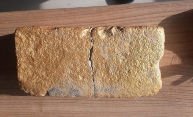 Taşı sarıya boyayıp külçe altın diye sattılar