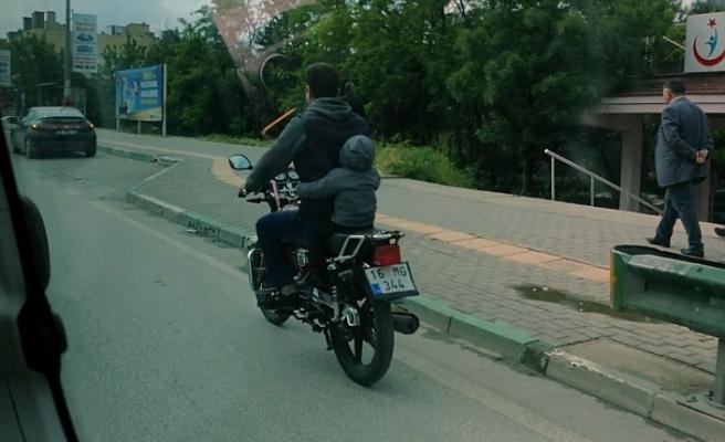 Bursa'da küçük çocuğun motor üzerindeki tehlikeli yolculuğu