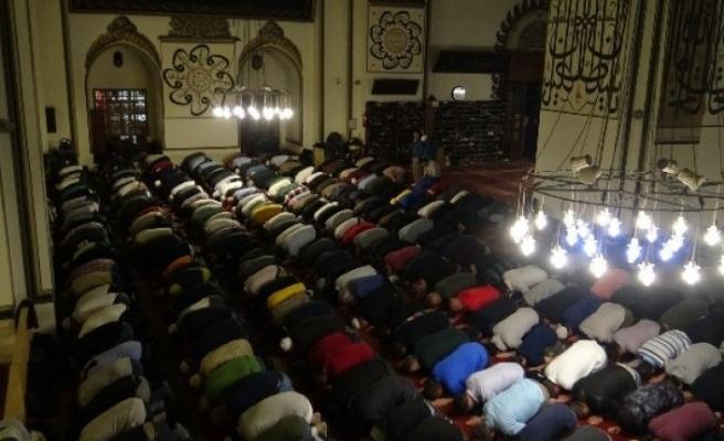 Bursalılar ilk teravih için camilere akın etti