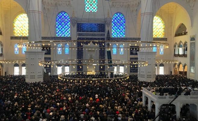 Büyük Çamlıca Camii, vatandaşlarla ilk cumasında tanıştı