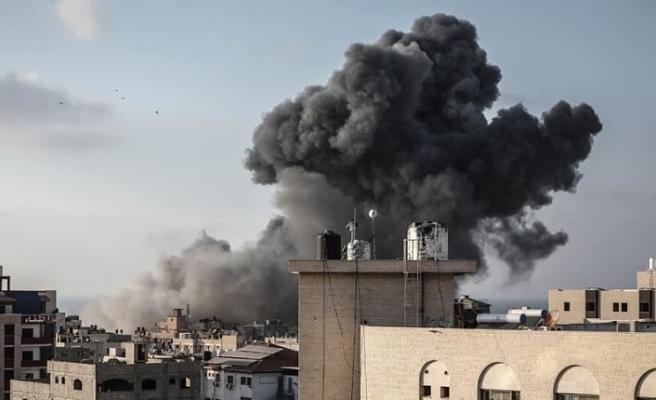 İsrail ordusu Gazze Şeridi'ni vurmaya başladığını duyurdu