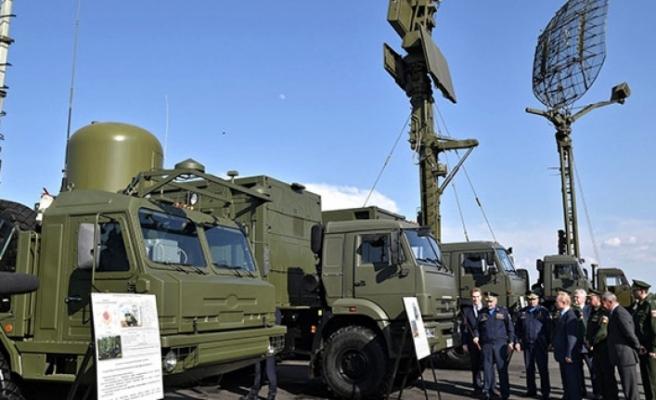 Putin avcı uçağı eşliğinde füzeleri inceledi!
