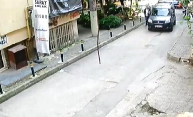 Otomobilden telefon çalarken güvenlik kamerasına yakalandı