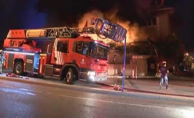 Ataşehir'de bir restoran alev alev yanıyor (1)
