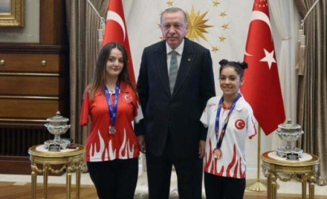 Başkan Erdoğan milli sporcuları kabul etti
