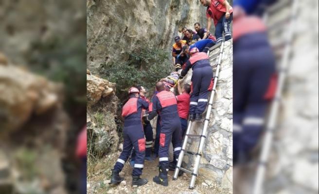 Dağda yürüyüş yaparken 6 metreden düştü, itfaiye kurtardı