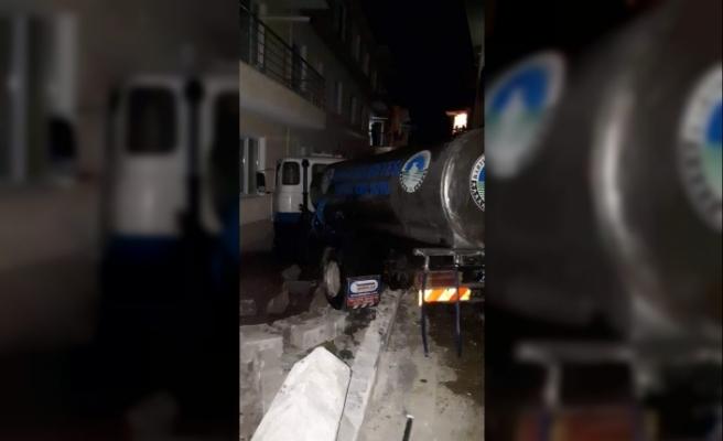 Freni boşalan tanker evin bahçe duvarına çarptı