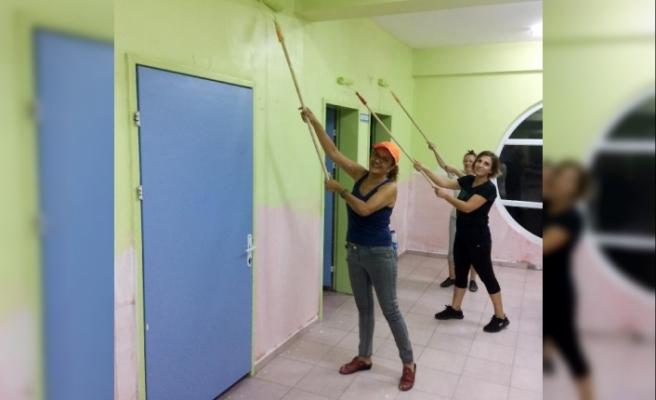 Kadın doktorlar Burdur'da okul boyadı