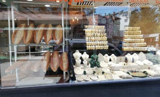 Ordu'da kuyumcu dükkanında ekmek satışı