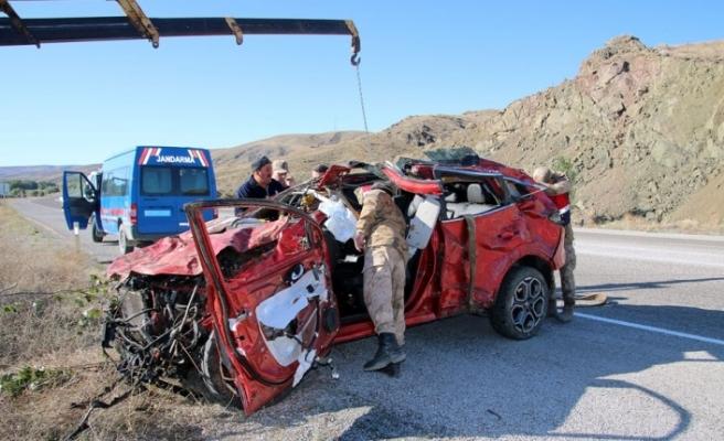 Otomobil dere yatağına uçtu: 2 ölü