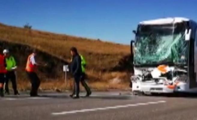 TIR ile otobüs çarpıştı: 17 yaralı