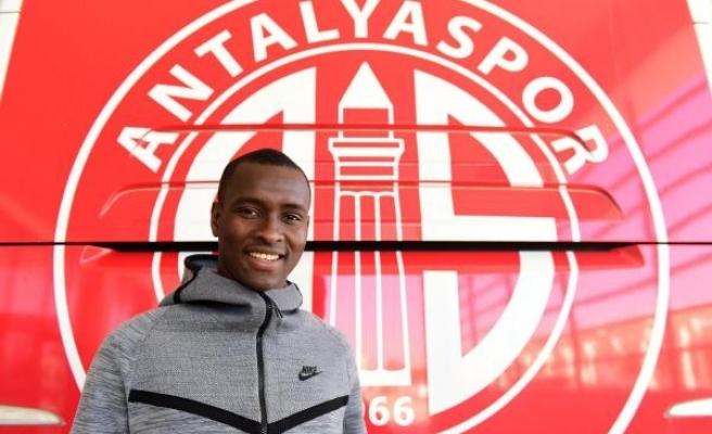 Antalyaspor'un futbolcusu Drole'un ayağı kırıldı