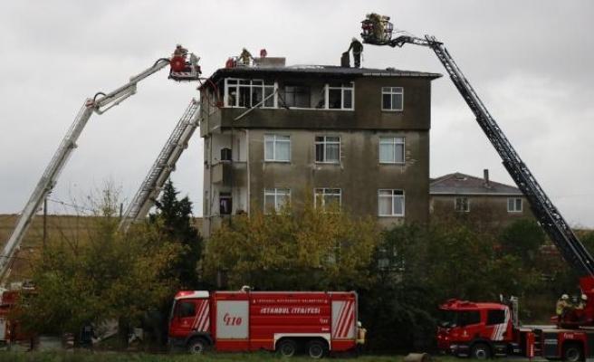 (Geniş haber) Tuzla'da 5 katlı binada yangın paniği