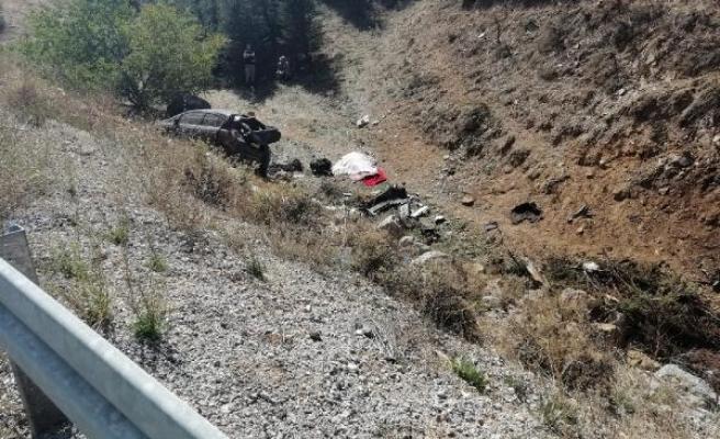 Otomobil, şarampole devrildi: 1 ölü, 2 yaralı