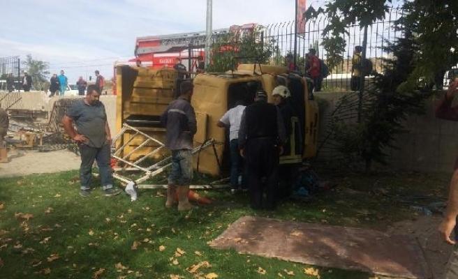 Otomobile çarpan kamyon lunapark bahçesine devrildi: 5 yaralı