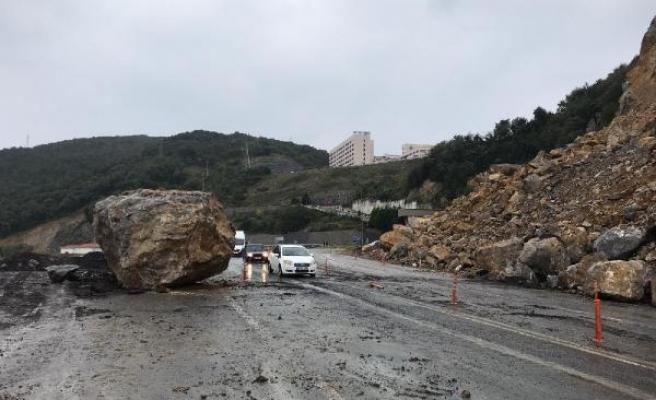 Tehlike oluşturan kaya düşürüldü