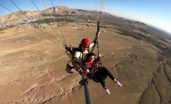 Derik'te ara tatildeki öğrenciler yamaç paraşütüyle uçtu