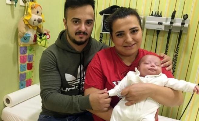 Erim bebek, anne ve babasına evlilik yıl dönümü hediyesi