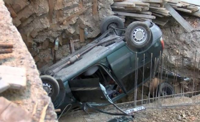Eyüpsultan'da fren yerine gaza basınca otomobil inşaat boşluğuna düştü