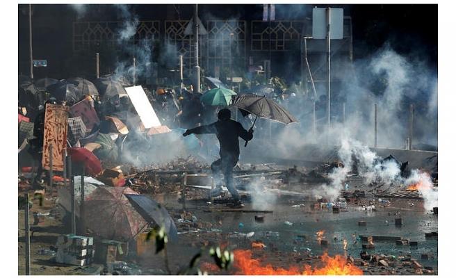 Hong Kong'da tansiyon düşmüyor: Ortalık yine karıştı!