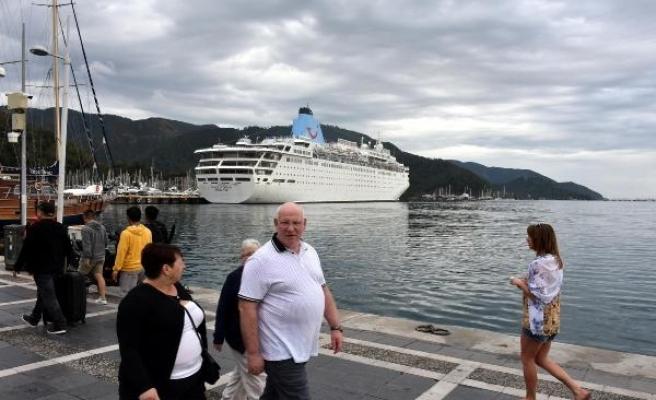 Marmaris'e gemiyle 1448 İngiliz turist geldi