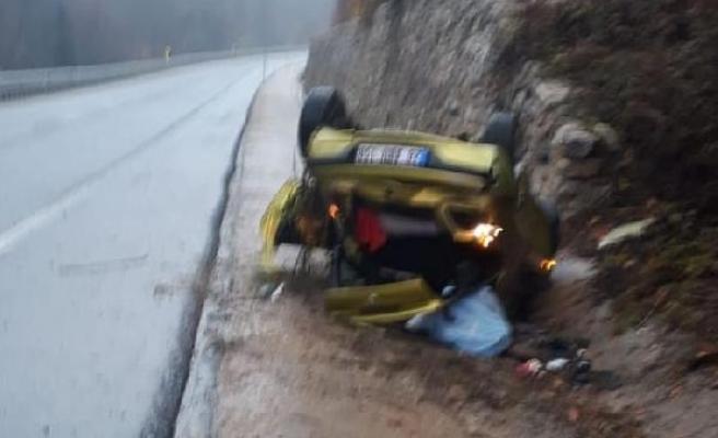 Takla atan otomobil ters döndü; sürücü kaçtı, 2 kişi yaralandı