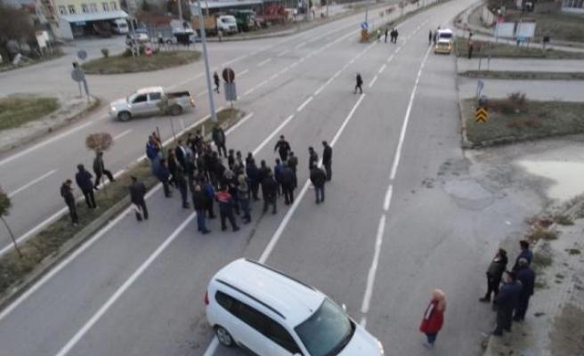 Yaralanmalı kazanın ardından mahalleli yolu trafiğe kapattı