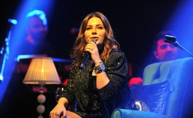 Ayak parmağında kırık olan Merve Özbey'den Bursa konseri