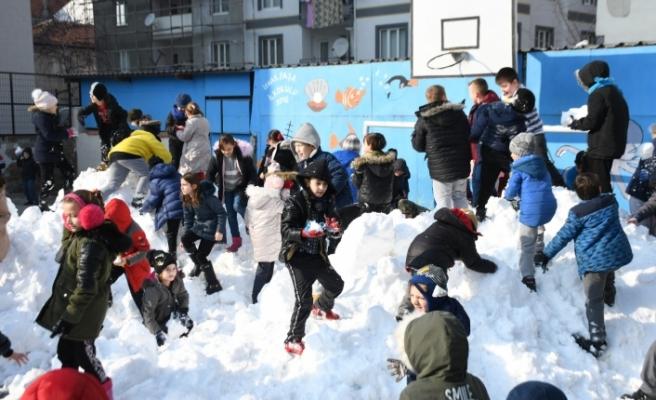 Bursa'da öğrenciler için okul bahçesine kar taşındı
