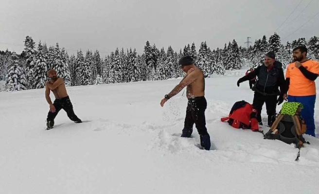 Kar üstünde güreş