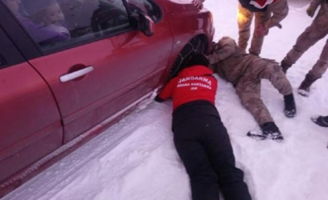 Karda mahsur kalan aile kurtarıldı