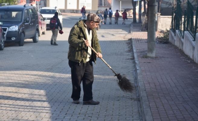 Okul yolunun gönüllü temizlikçisi Kazım amca