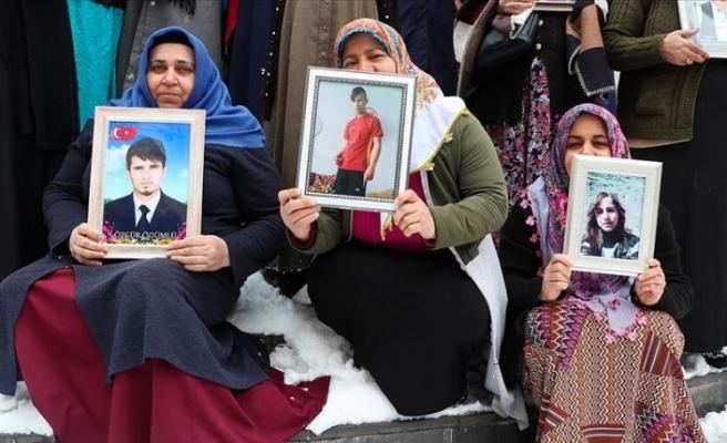 Diyarbakır'da kar altında evlat nöbeti!