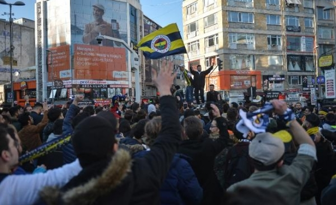 Fenerbahçeli taraftarlar derbiyi bekliyor (FOTOĞRAFLAR)