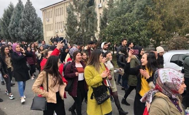 KSÜ'lü öğrencilerden 'riskli bina' eylemi