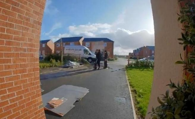 Rüzgarla yerden havalanan kontrplak adamın kafasına çarptı