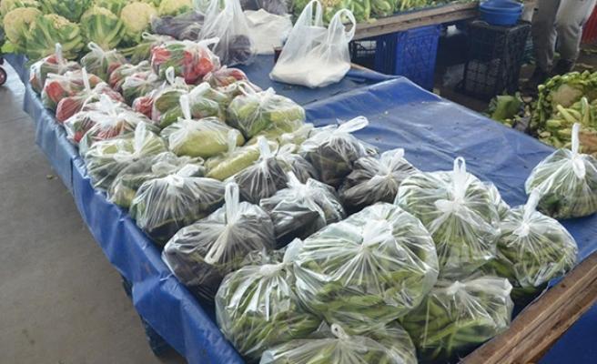 Semt pazarlarında sebze ve meyveler poşete girdi!