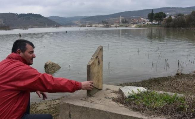 Ancak sular çekilince mezarlarını ziyaret edebiliyorlar!