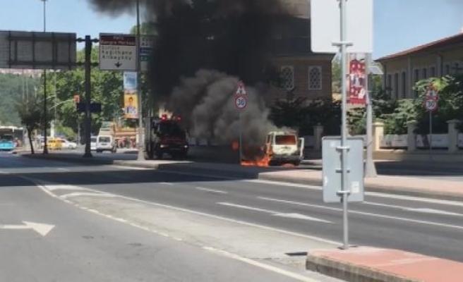 Beyoğlu'nda korkutan anlar, Araç yandı cadde kapatıldı (1)
