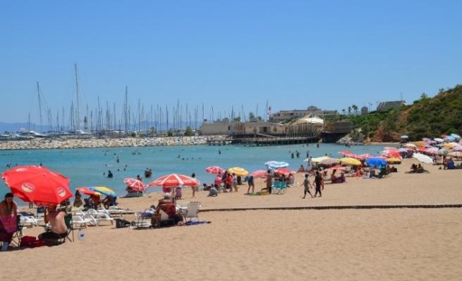 Didim'de sıcaktan bunalanlar Ege'nin mavi sularında serinledi