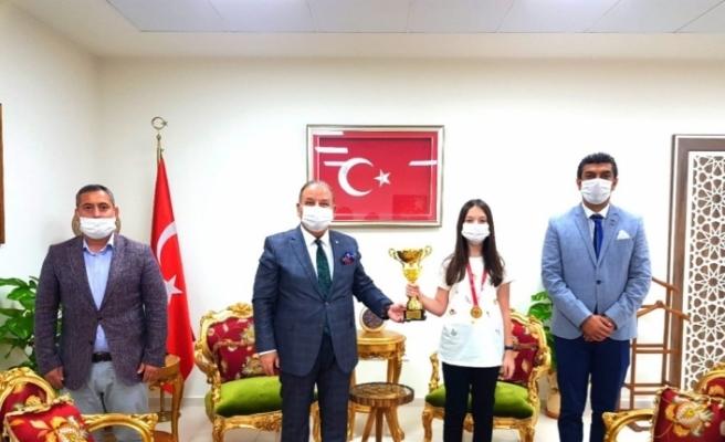 Online Halk Oyunları Yarışması birincisi ödülünü Kaymakam Yıldız'dan aldı