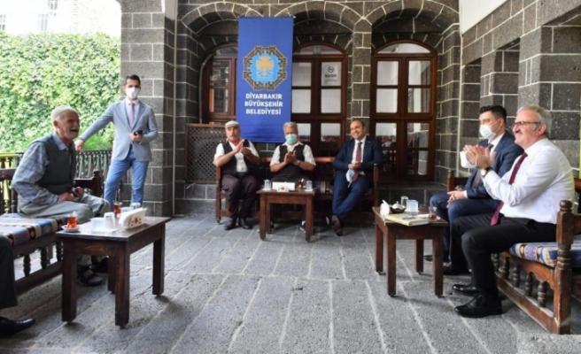 Vali Karaloğlu, Dengbej Evinde Kürtçe kaside dinledi