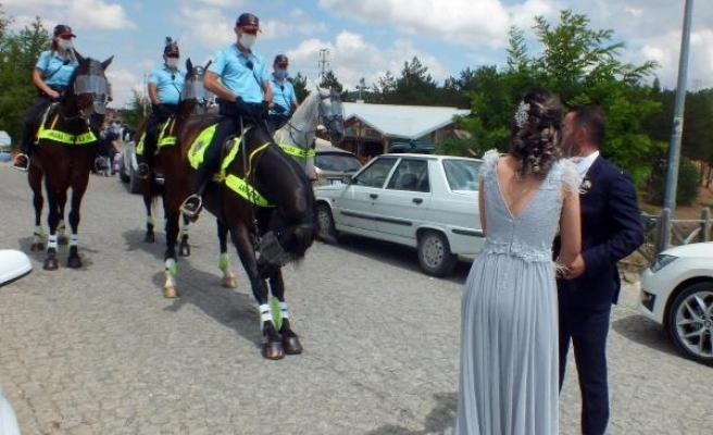 Atlı polislerden piknik alanlarında koronavirüs denetimi