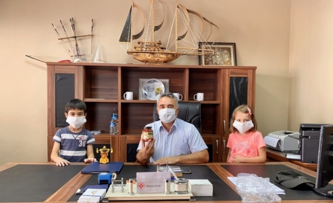 Annelerin yaptığı el yapımı salçalarla İl Milli Eğitim Müdürü Çelik'i ziyaret ettiler
