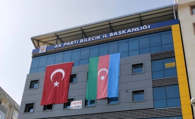 AK Parti İl Başkanlığı binasına dev Azerbaycan bayrağı asıldı