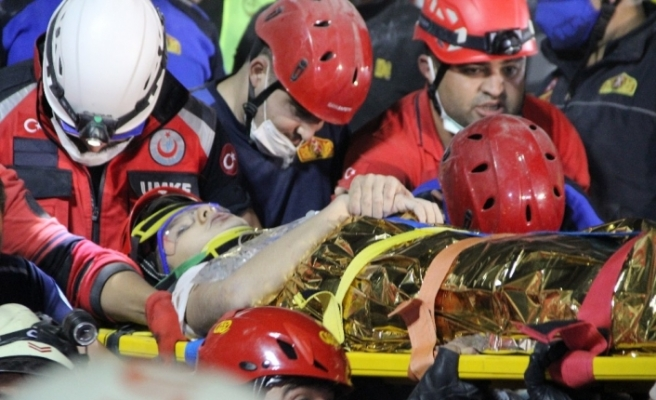 Enkaz altından 9 buçuk saat sonra alkışlarla kurtarıldı
