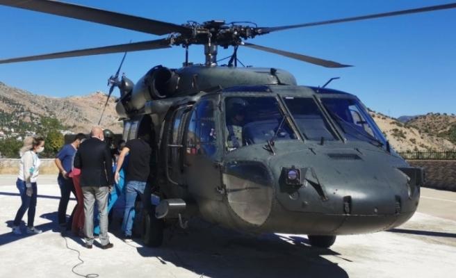 Hastane kavşağında kalbi duran yaşlı adam hayata döndürüldü,  helikopterle Elazığ'a kaldırıldı