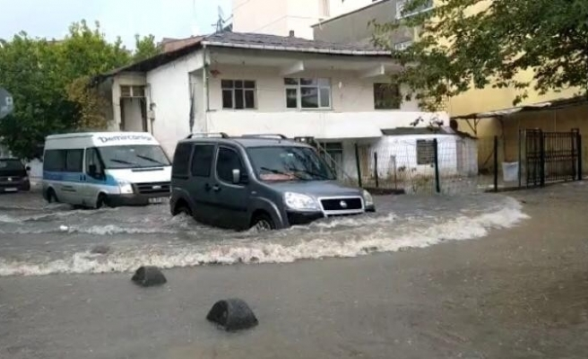 İstanbul'da yoğun yağış etkili oldu, yollar göle döndü