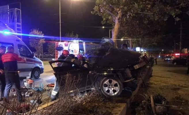 Kontrolden çıkan otomobil ağaca çarparak durabildi: 2 ağır yaralı
