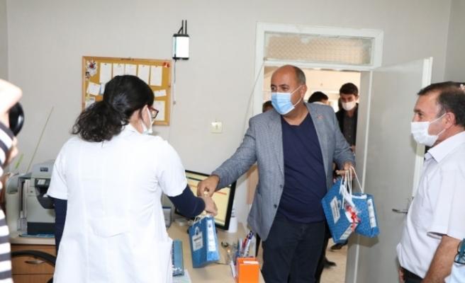 Korona virüsle mücadele eden sağlık çalışanlarına 'moral' desteği